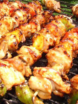 Brochettes de poulet mariné au citron et yaourt à la grecque